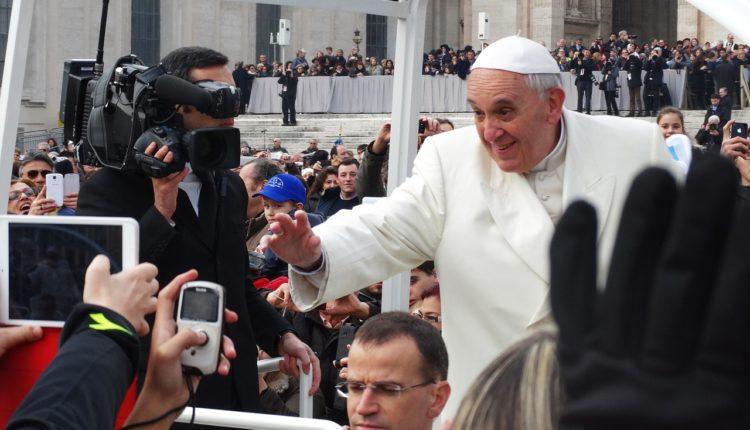 Papa declara apoio à união homoafetiva pela primeira vez