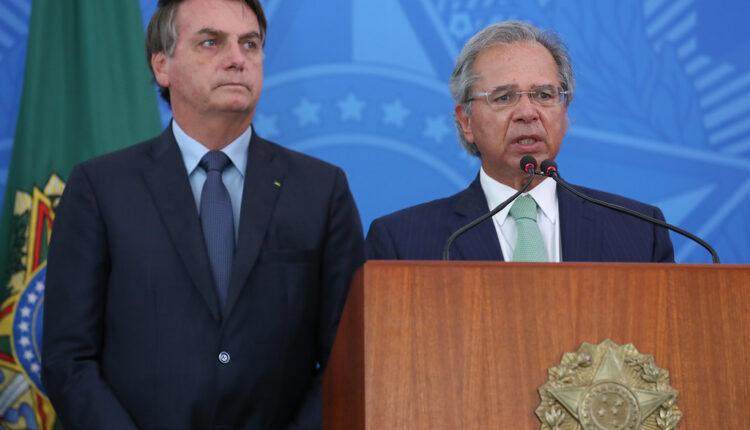 Paulo Guedes e sua equipe buscam alternativas para o financiamento do Renda Cidadã. Na foto, o presidente Jair Bolsonaro ao lado de Paulo Guedes.