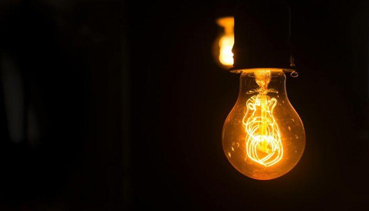 apagão no amapá: a imagem mostra lâmpadas descendo do teto com luz amarelada