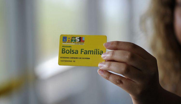 Confira como deve ser o aumento do Bolsa Família para 2021.