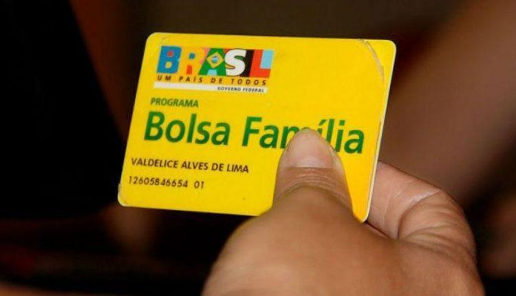 Bolsa Família em dobro: enquadramento em mão segurando cartão do bolsa família