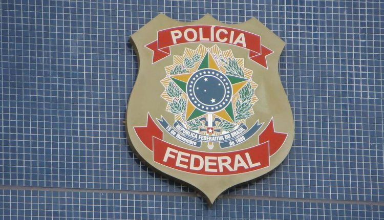 Concurso PF: brasão da Polícia Federal fixado em parede