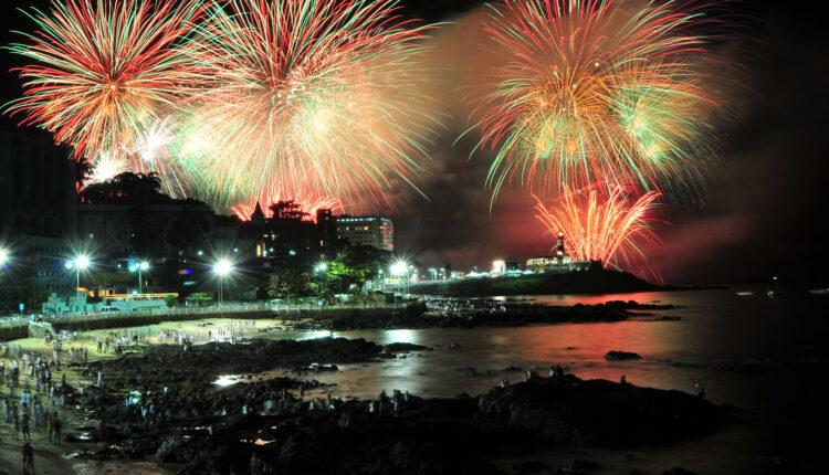 Festas na Bahia: fogos sendo queimados no Farol da Barra