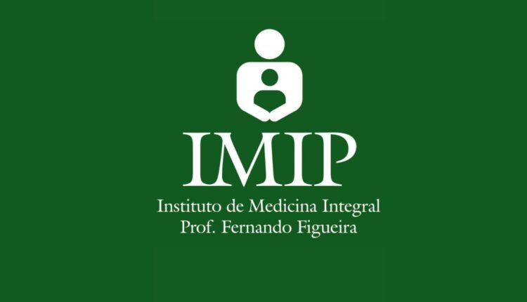 IMIP - BA: sobre uma mesa branca, tachinhas de mural, lápis, clips e óculos, nas cores abronzeadas