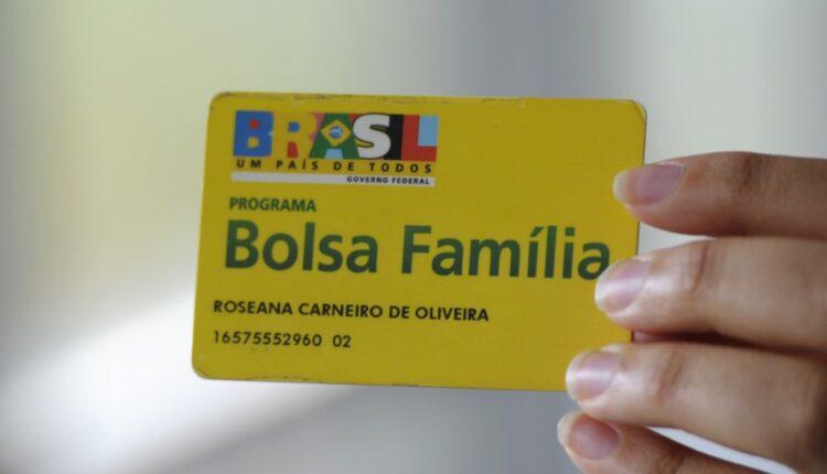 Novo Bolsa Família: mão segurando cartão do Bolsa Família
