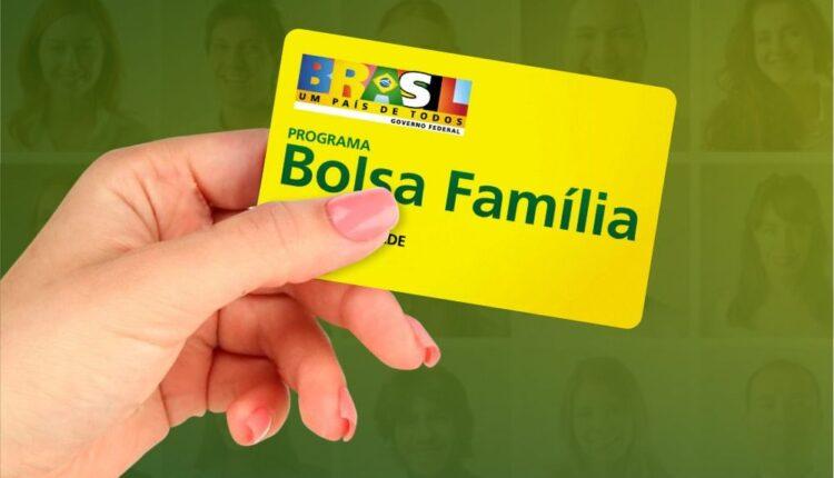 novo bolsa família: a imagem mostra mão segurando o cartão do bolsa família