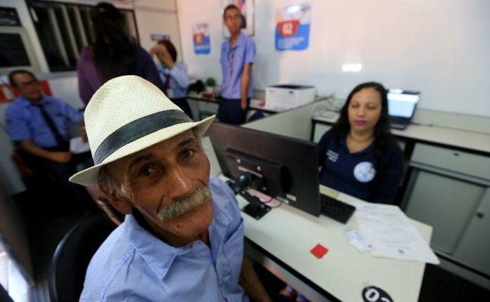 Aposentados Bahia: senhor olhando para a câmera no momento do registro