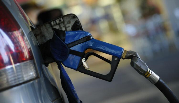 Preço da gasolina deve continuar subindo; média ultrapassa R$ 6: carro sendo abastecido