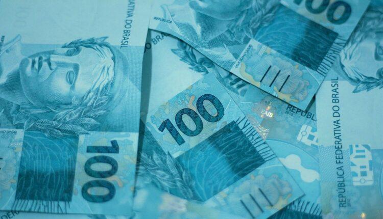 Salário mínimo de 2022: notas de 100 reais