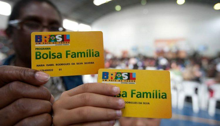 Saque Bolsa Família: dois cartões do programa